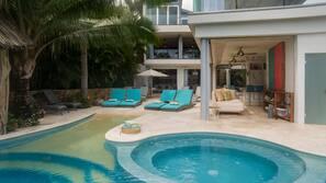 Una piscina al aire libre (de 8:00 a 23:00), sombrillas, tumbonas