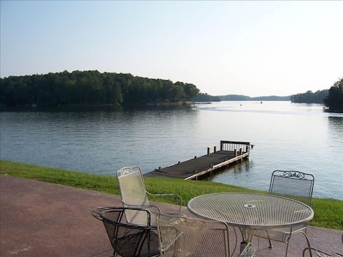 Lake Front Cabin,pier,fishing,boat Ramp on Property. Great Auburn Game Day House