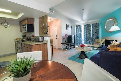 Very Modern Decour, Walking Distance to the Strip. Stainless Steel Appliances