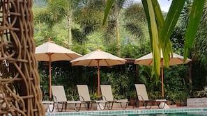 室外泳池;10:00 至 19:00 開放;泳池傘、躺椅