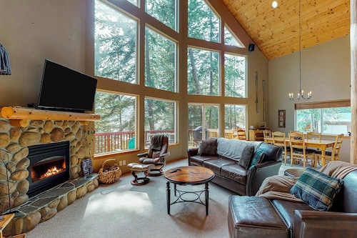 Dog-friendly, Spacious Cabin w/ Lake View, hot Tub, Deck & Firepit!