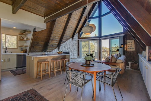 Modern A-frame w/ wet Bar, Pool Table, Large Deck & Amazing Mountain Views