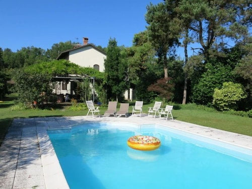 Valmezzana Holiday Home, Sleeps 8 With Pool