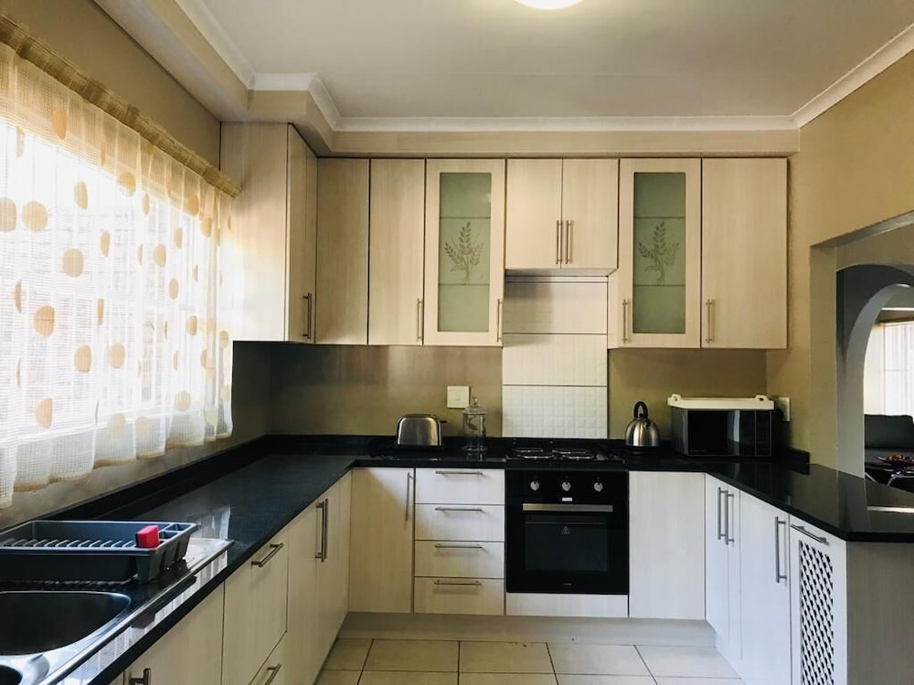 Private Kitchen, Safe, Spacious Self-catering Holiday Home