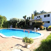 Large Green Villa, Quiet, Close to the sea and 2 Steps From the Golf D'aroeira