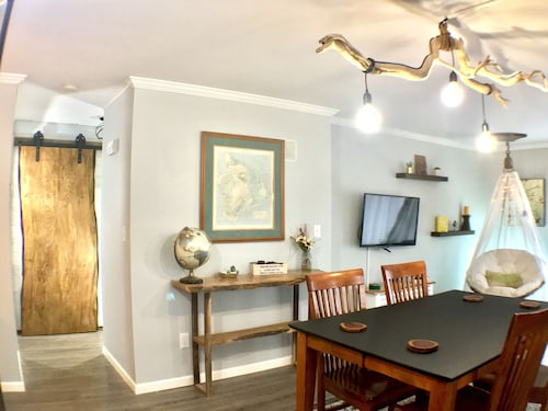 2BR Urban Escape Apt on Quiet Wooded Street