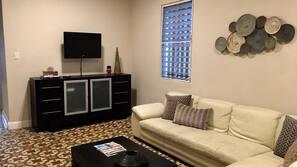 TV de tela plana 40-polegadas com canais a cabo