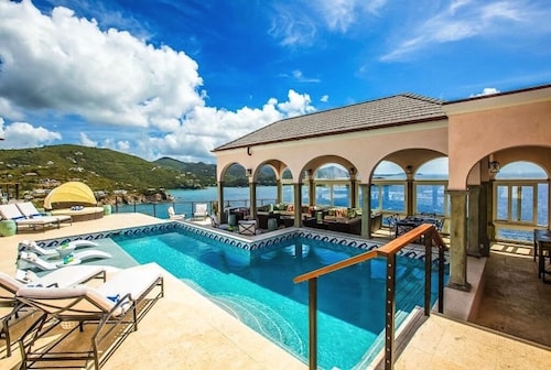Christmas: Stunning Views! NEW Luxury Villa W/privacy Suites Concierge Service