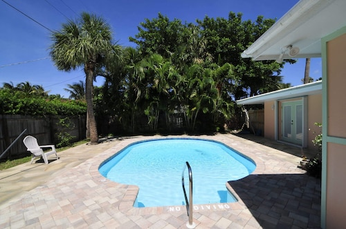 Surfside - Four Bedroom Pool Home Three Lots From White Sand Beach