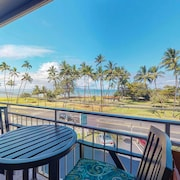 Roomy Ocean View Unit w/ Shared Pool in d/t Kihei. Walk to the Beach/park!