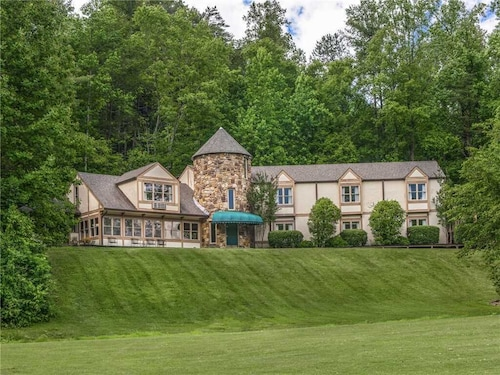 Castle on the Green, 9 BR, Hot Tub, Pool, Sauna, Sleeps 28