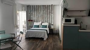 1 dormitorio, tabla de planchar con plancha, ropa de cama
