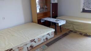 Työpöytä, pimennysverhot, silitysrauta/-lauta, ilmaiset vauvansängyt