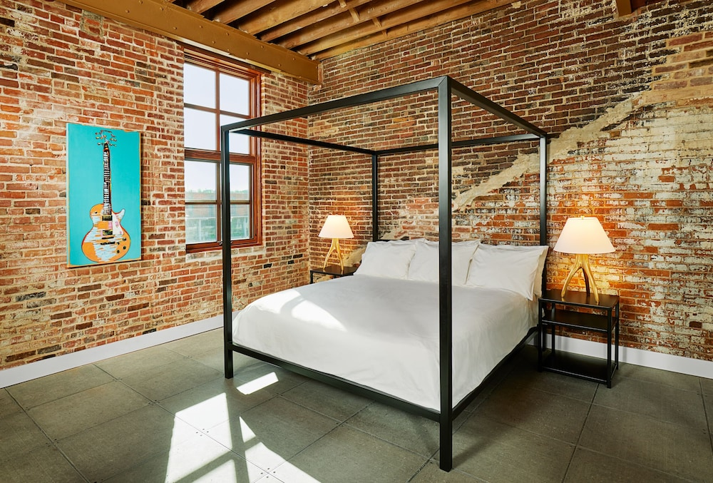 Room, The Lofts at Novelty Iron