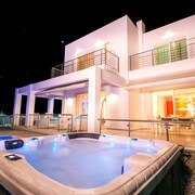 Villa White Lady With Pool & Jacuzzi!