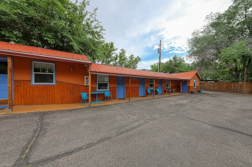 Eco-friendly Studio w/ Shared hot tub - Right Downtown, 5 Miles to Arches!