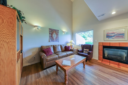 Cozy Condo w/ Moab Rim View and a Shared Seasonal Swimming Pool!