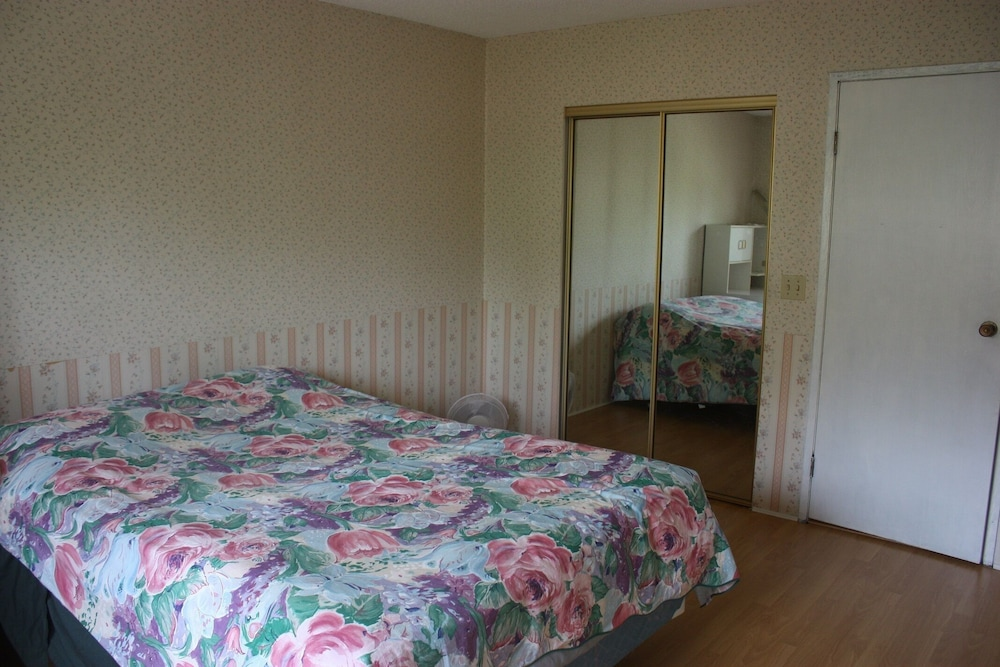 Room, Close to Skytrain 3 Bedrooms Upper Bright and Clean