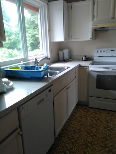 Private Kitchen, Close to Skytrain 3 Bedrooms Upper Bright and Clean