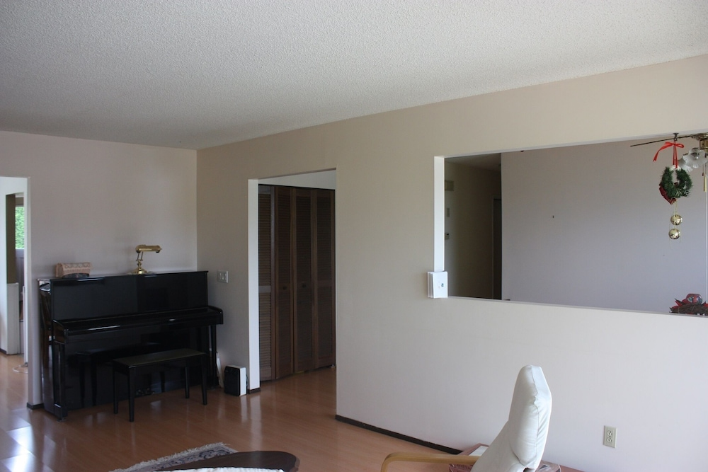 , Close to Skytrain 3 Bedrooms Upper Bright and Clean
