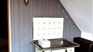 Kühlschrank, Herd, Geschirrspüler, Wasserkocher mit Kaffee-/Teezubehör