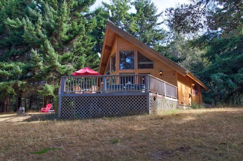 A Little Hidden Gem. All-cedar, Dog Friendly Home, Hot Tub & Short Walk to Beach