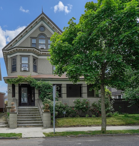 Grand Renovated Victorian - Great Location Just Blocks From Beach and Downtown