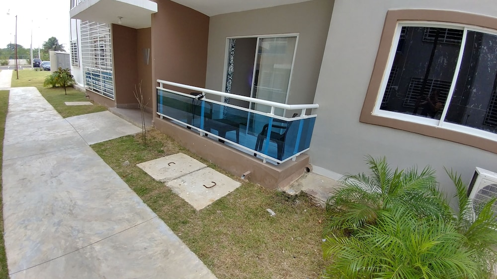 Balcony, Tropical Condo BBQ Pool 5min to Airport
