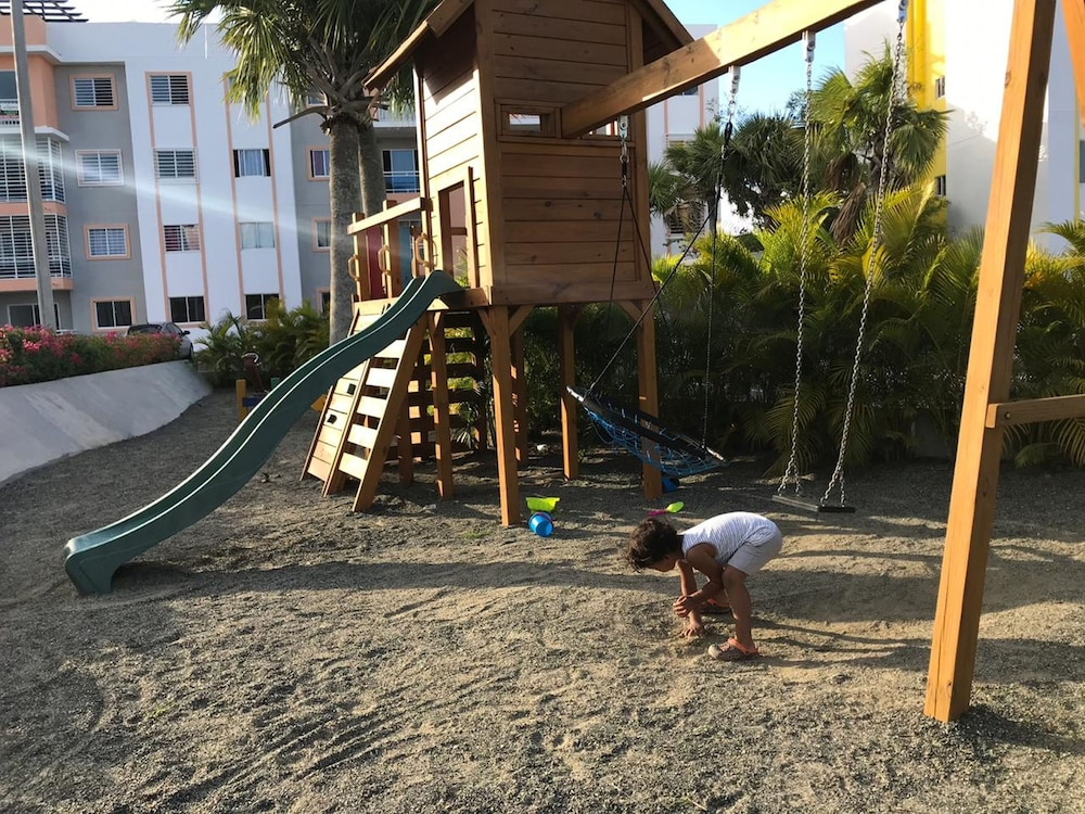 Children's Play Area - Outdoor, Tropical Condo BBQ Pool 5min to Airport