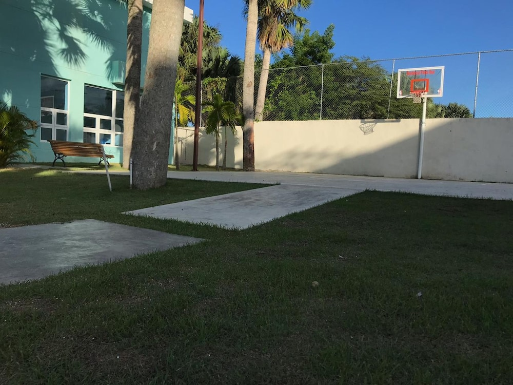 Basketball Court, Tropical Condo BBQ Pool 5min to Airport