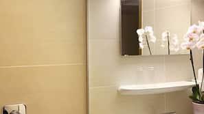 Dusche, kostenlose Toilettenartikel, Handtücher