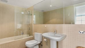Combined shower/bathtub, free toiletries, hair dryer, towels
