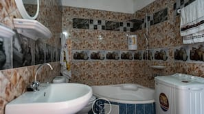 Combined shower/tub, rainfall showerhead, free toiletries, hair dryer