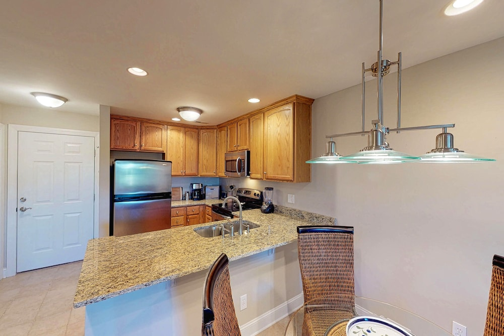 Private Kitchen, Riverfront Home Close to Island Amenities - one dog Welcome!