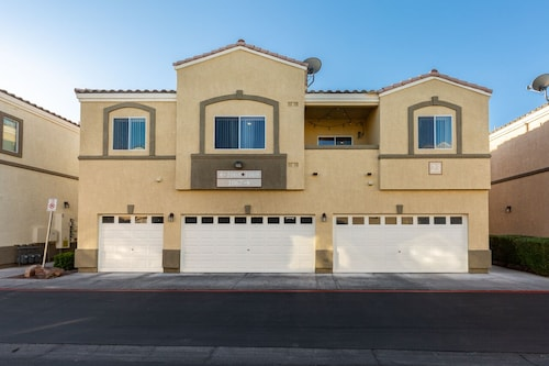 Cozy 2 Bedroom Town-home, Only 9min Away, From The Famous Las Vegas Strip!