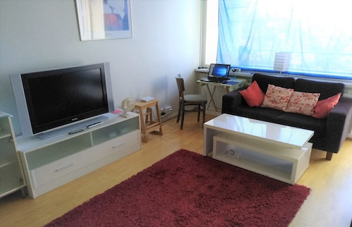 Private Room in an Apartment, 5 min Walk to Metro