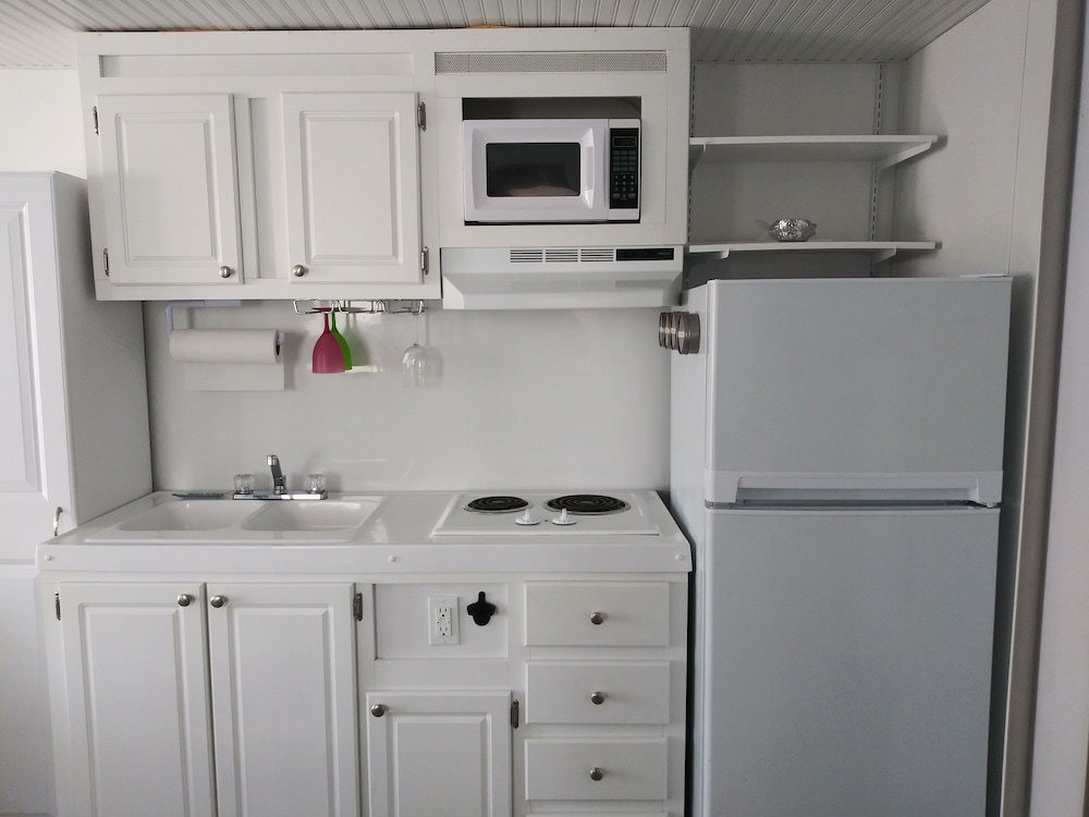 Private Kitchen, Charlestown Houseboat Walk to Attractions Be Rocked to Sleep