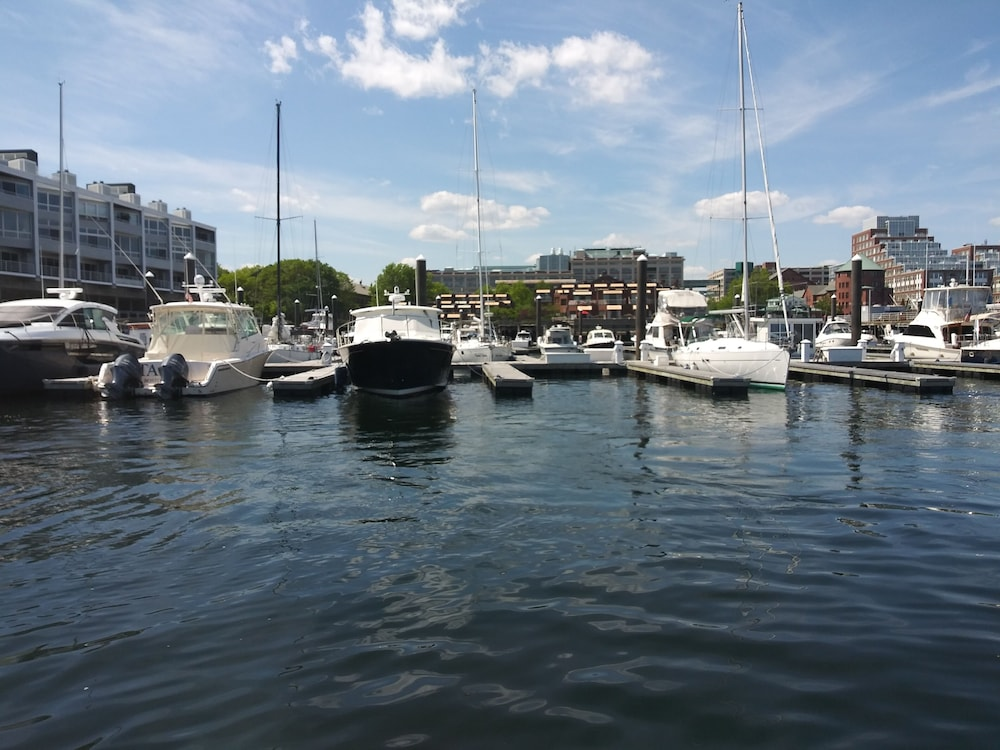 Lake, Charlestown Houseboat Walk to Attractions Be Rocked to Sleep