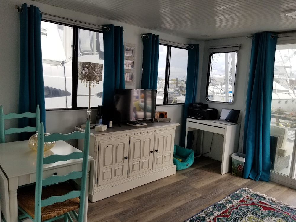 Room, Charlestown Houseboat Walk to Attractions Be Rocked to Sleep