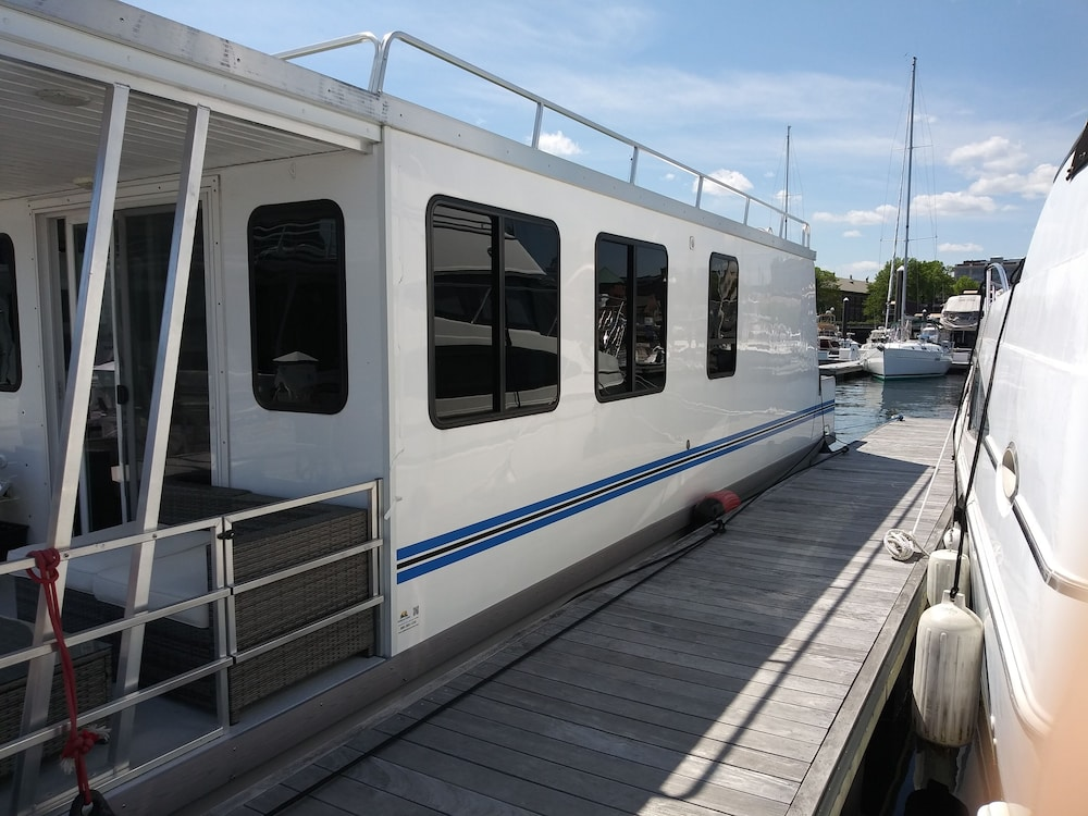 , Charlestown Houseboat Walk to Attractions Be Rocked to Sleep