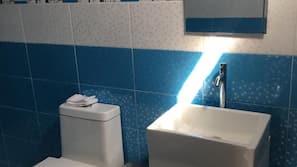 Ducha, toallas, jabón y papel higiénico