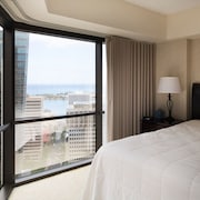 Renovated & Spacious 798 SQ FT Ocean View Suite + Den, Free Parking