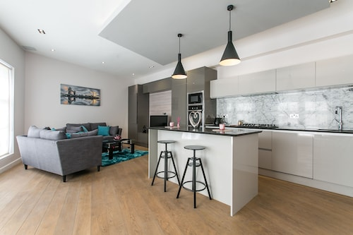 2 Bed Penthouse Style House in Camden Town