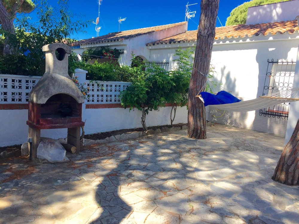 BBQ/Picnic Area, House With 2 Bedrooms in Chiclana de la Frontera, With Enclosed Garden and Wifi - 200 m From the Beach