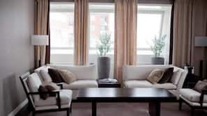 Värdeförvaringsskåp på rummet, skrivbord och arbetsyta för laptop