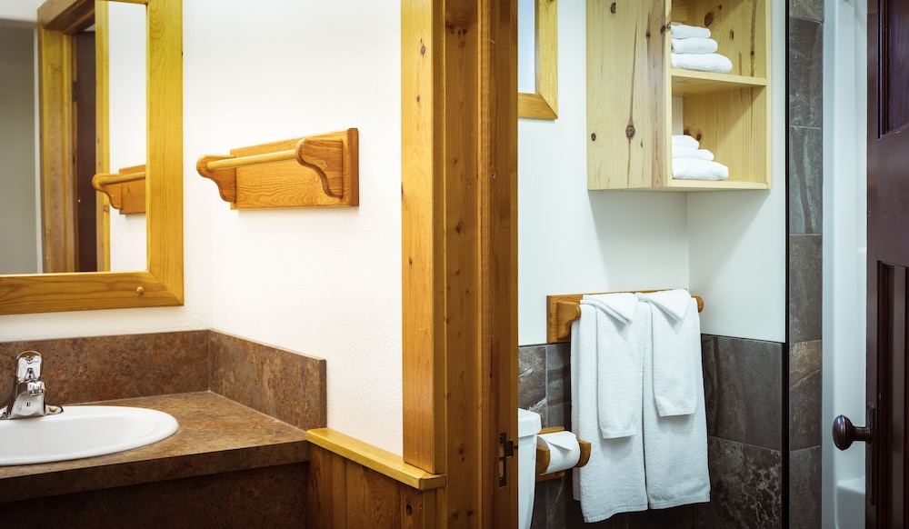 Bathroom, Pine Bungalows