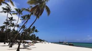 Una spiaggia nelle vicinanze, lettini da mare, teli da spiaggia
