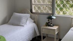 Een kluis op de kamer, een strijkplank/strijkijzer, beddengoed