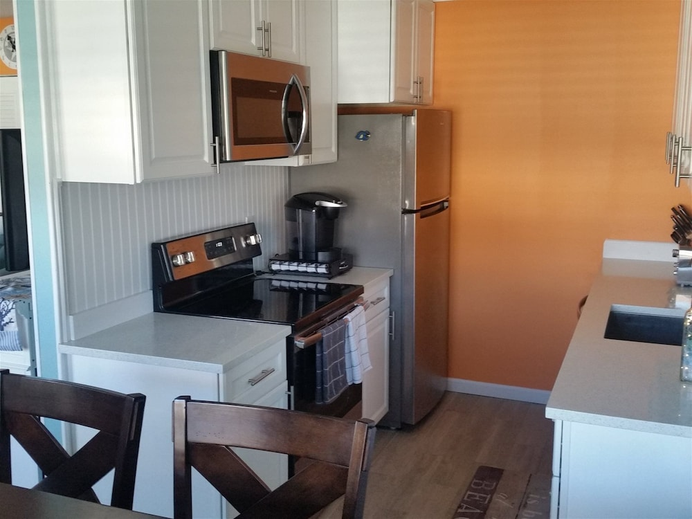 Private Kitchen, Nw302 East Marina Court, Unit B2