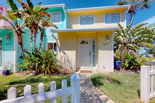 Walk to the Beach! Charming Home w/ Enclosed Yard, Close to Shops/dining!